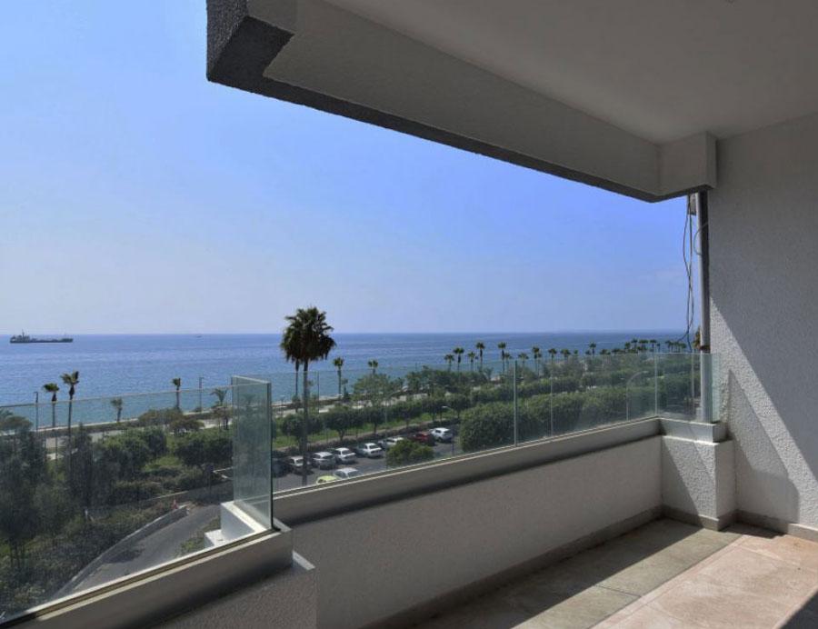 Купить квартиру на первой линии моря возле Лимассол Марины