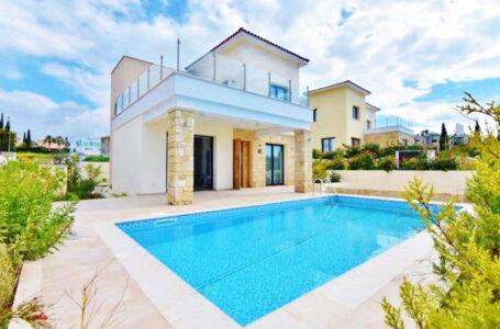 Продажа вилл у моря в Корал Бэй Кипр